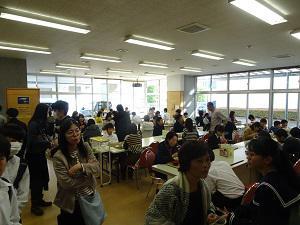 食堂や生徒ホールで自由に昼食をとっていただきました。