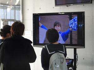 放送映像研究部の生徒たちが制作したムービーを上映